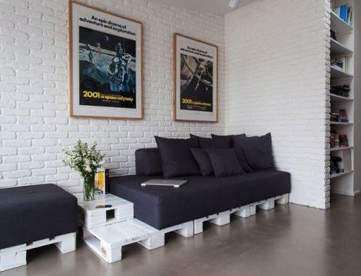 wohnzimmer mit weißer ziegelwand und eingebauter wandregal