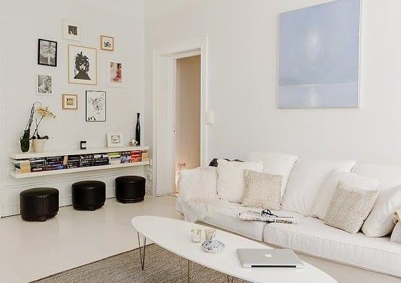 hängewandregal und bilderrahmen als wandgestaltung und sofa weiß mit couchtisch elipse