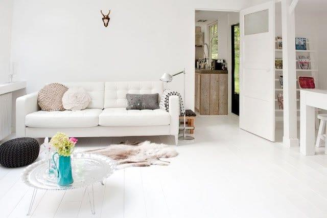 holzboden weiß mit sofa weiß und metallcouchtisch rund für cooles interior in weiß
