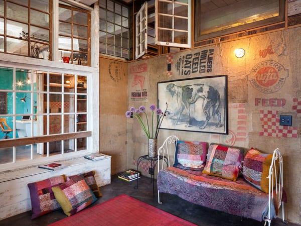 modernes wohnzimmer rustikal mit metallsofa und dekorativer eand aus holzfenstern mit gitter