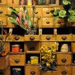 coole Blumendekoration für wandschrank mit schubladen antik