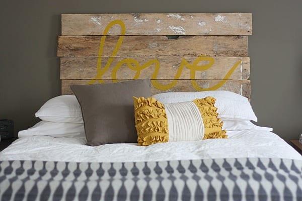 DIY Palettenbett mit Kopfbrett und Bettwäsche weiß für Schlafzimmer mit wandfarbe grau