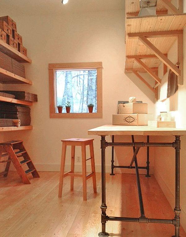 Lagerraum einrichten mit Holzregalen und DIY Schreibtisch und Arbeitstisch mit Holzplatte und Metallröhren