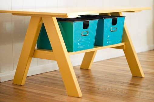 DIY Schreibtisch gelb mit Aufbewahrungsplatz für Spielzeige als coole Kinderzimmergestaltung