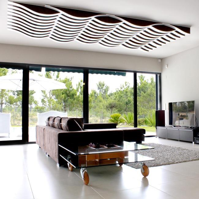 modernes Wohnzimmer mit Deckengestaltung in weiß mit modernen 3D Schallschutzpaneelen