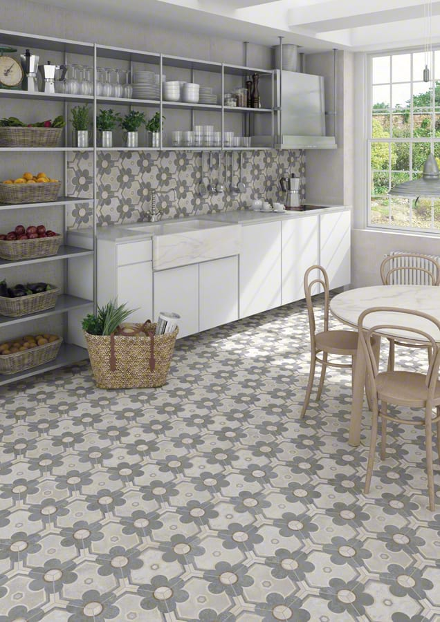 moderne küchengestaltung in weiß mit offenem Regalsystem und bodenfliesen mit blumenmuster
