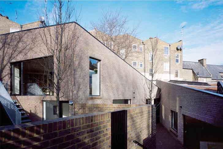 modernes Haus mit Ziegelmauerwerk und Gartenmauer aus Ziegeln