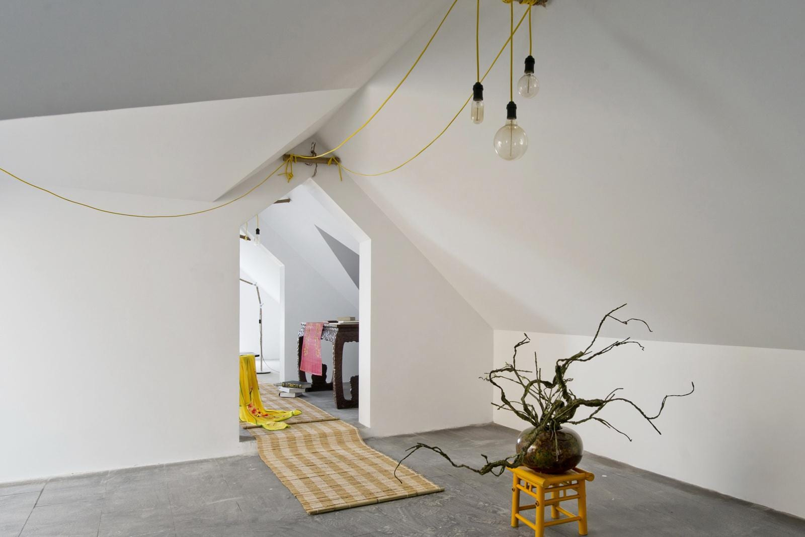 interessantes Interior Design mit pendellampen als deckengestaltung in gelb