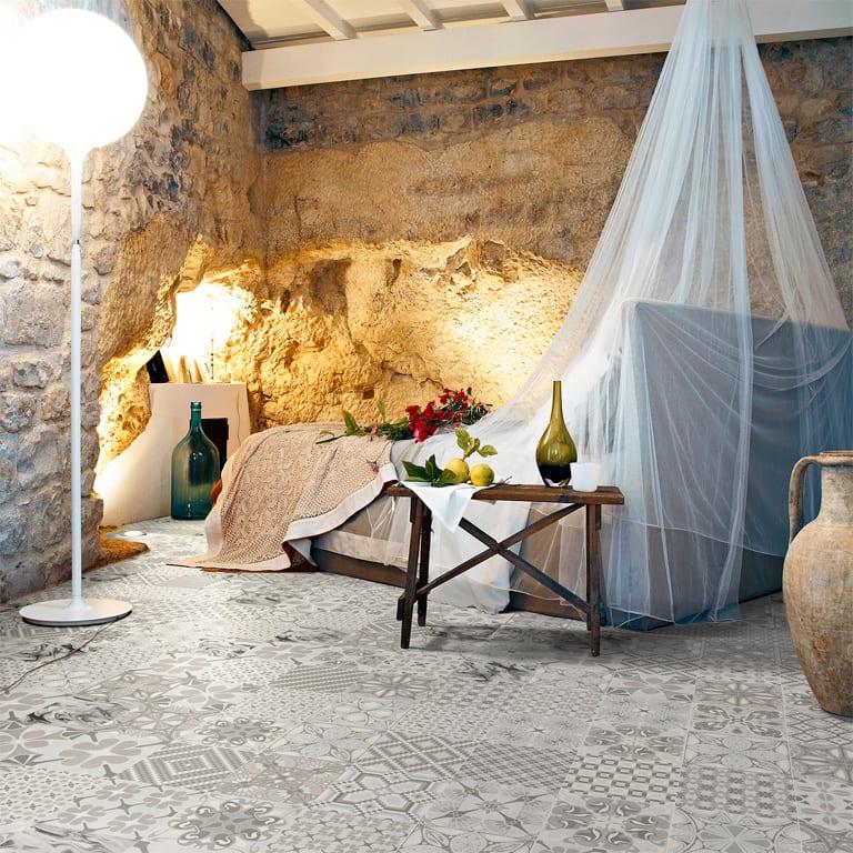 schlafzimmer rustikal mit bodenfliesen gestalten