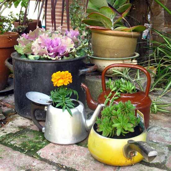 DIY Gartendeko mit farbigen DIY Blumentöpfen