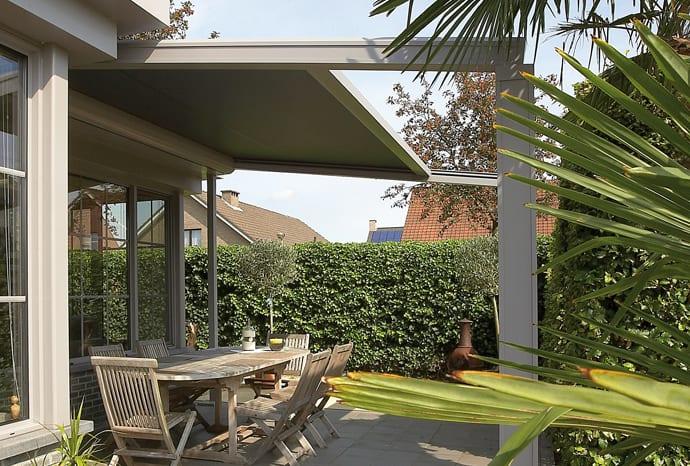 coole Terrassengestaltung mit Terrassenüberdachung als Terrassenbeschattug