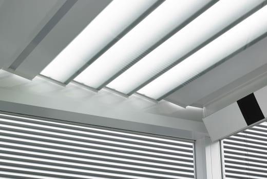 coole terrasse ideen für Überdachung aus glaslamellen
