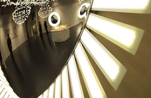 interessante Raumgestaltung mit runder Wandlampe