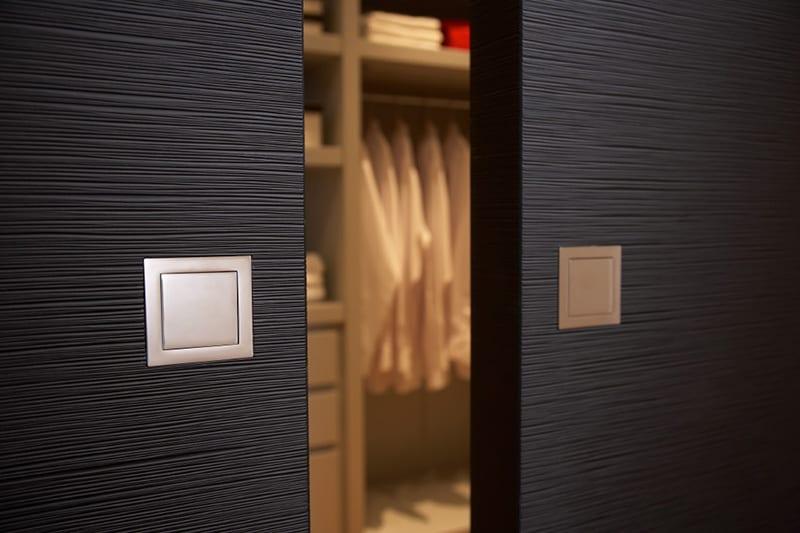 moderne Ankleideraum design mit Holztüren schwarz