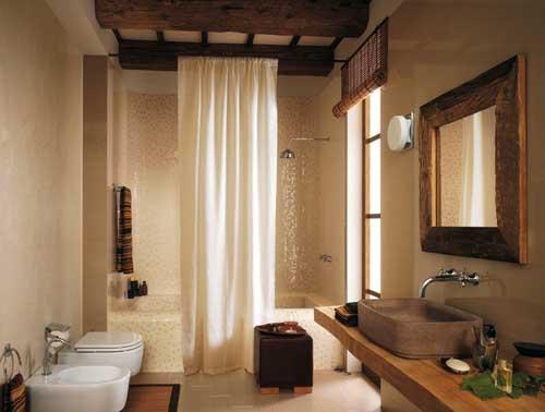 waschtisch holz und rustikaler badezimmerspiegel mit holzrahmen