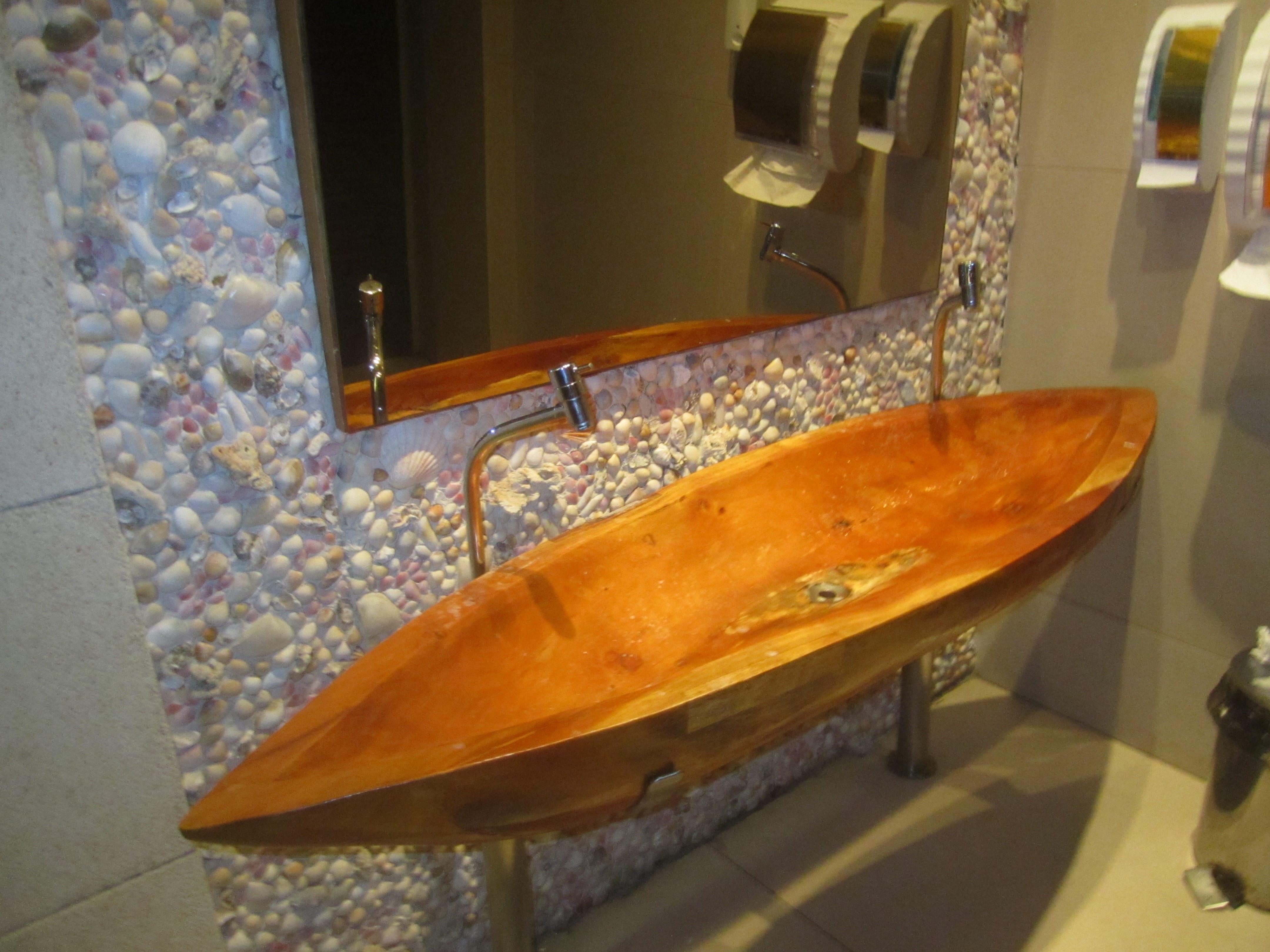 badezimmer gestaltung mit muscheln und waschtisch aus holz