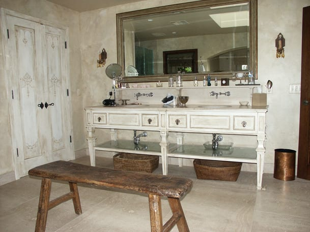 rustikales badezimmer weiß mit rustikalem wasctischschrank und wandspiegel