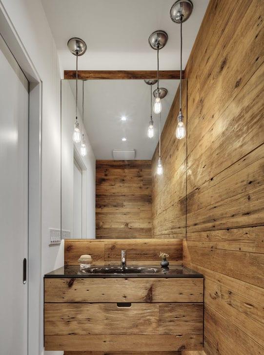 badezimmer beleuchtung mit pendelleuchten und spiegelwand vor dem Wasctisch aus holz