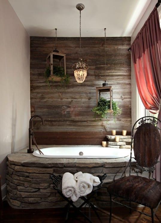 cooles badezimmer mit holzwand grau und badewanne mit naturstein verkleidet