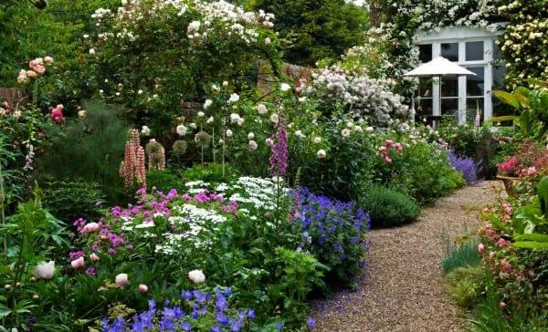 gartenwege mit kies und Blumen