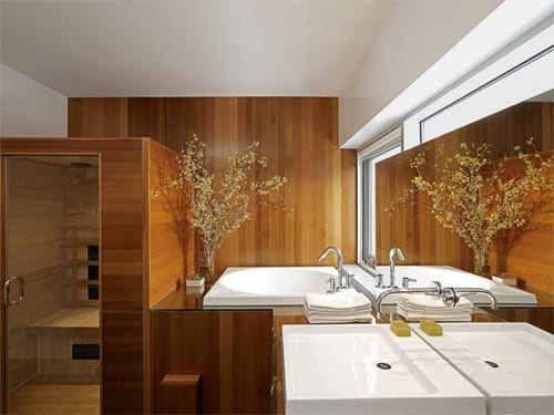badezimmer holz mit sauna und badezimmerspiegel vor den fenstern