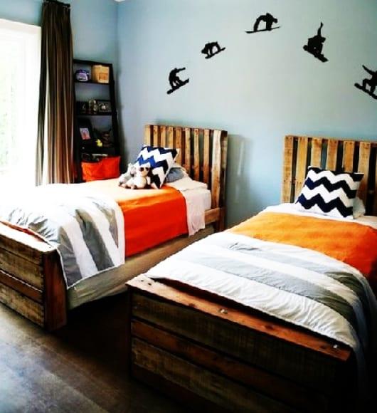 ideen kinderzimmer mit wandfarbe blau und wandgdeko mit Wandstickern und Palettenbetten