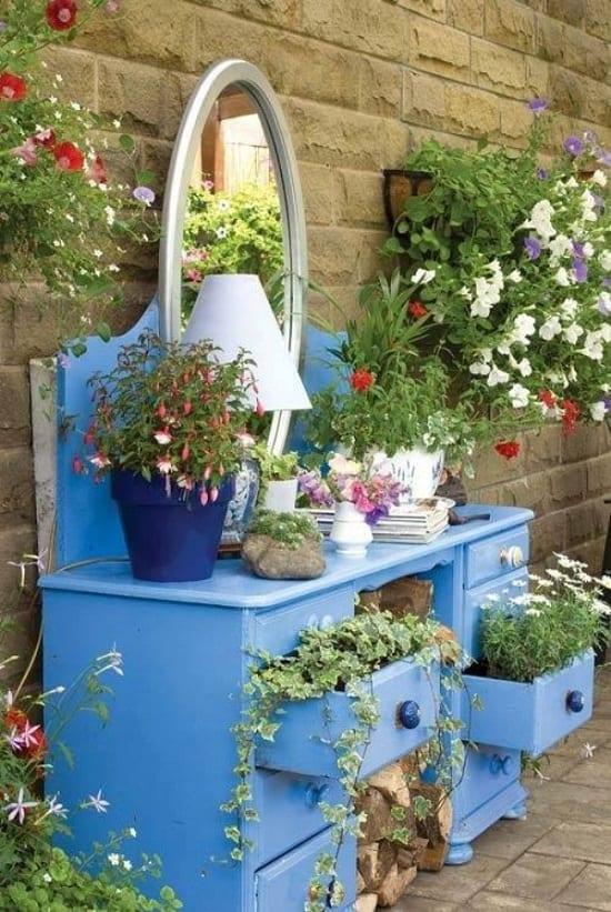 kreative DIY Gartendeko mit alten Holzmöbeln