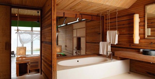 Coole badezimmer einrichtung mit holz und fenster zum for Coole einrichtung