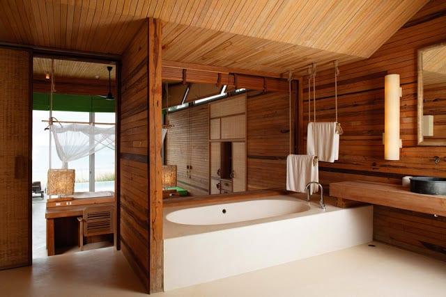 badezimmer holz mit fensterrolos und höngende tuhhalter