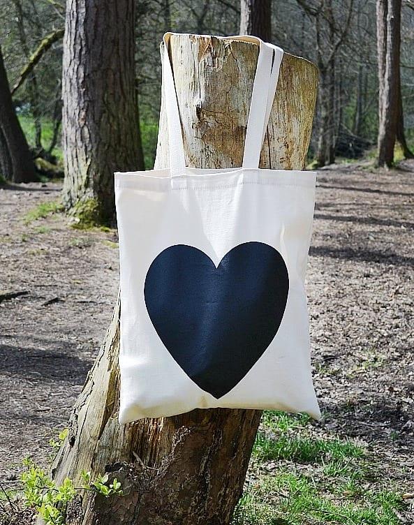 stofftasche Dekoration mit schwarzem Herz