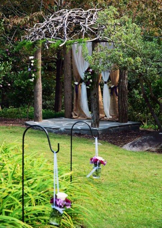 traumhochzeit im garten mit cooler gartendeko und DIY Gartenpavillion
