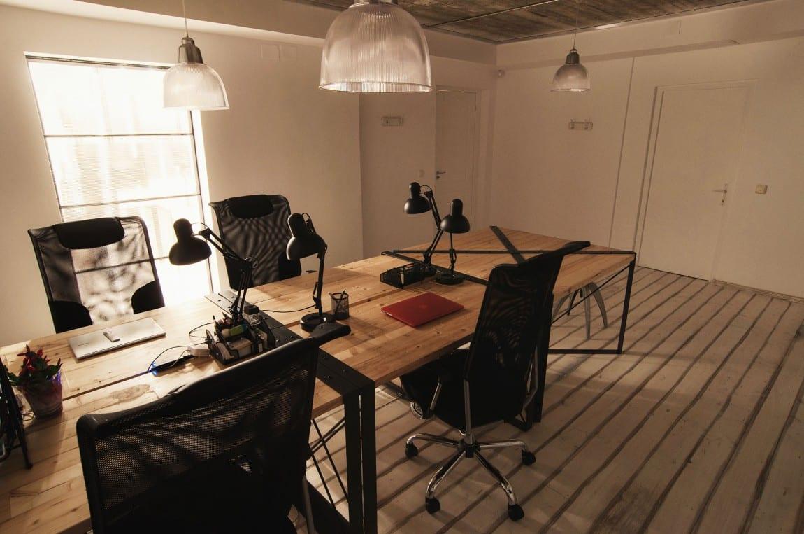 Schreibtisch bauen aus Holzbrettern und Metallrahmen schwarz für das Büro mit ergonomischen Bürostühlen