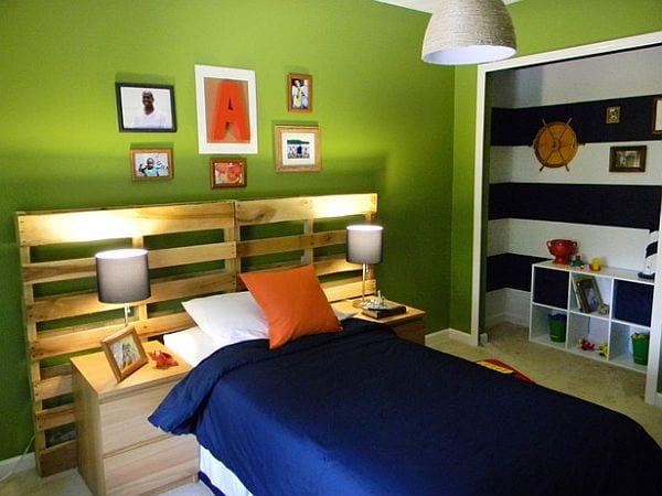 schlafzimmer grün mit bett aus europaletten und Nische mit maritimes wand streichen muster