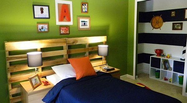 coole kinderzimmergestaltung mit palettenbett und wandfarbe grün ...