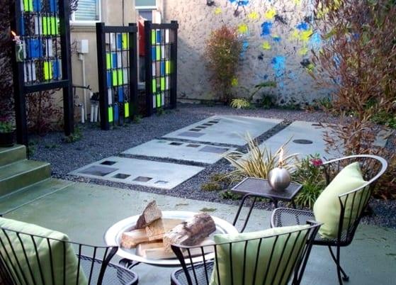 farbige gartendeko für hofgarten mit kies und betonplatten