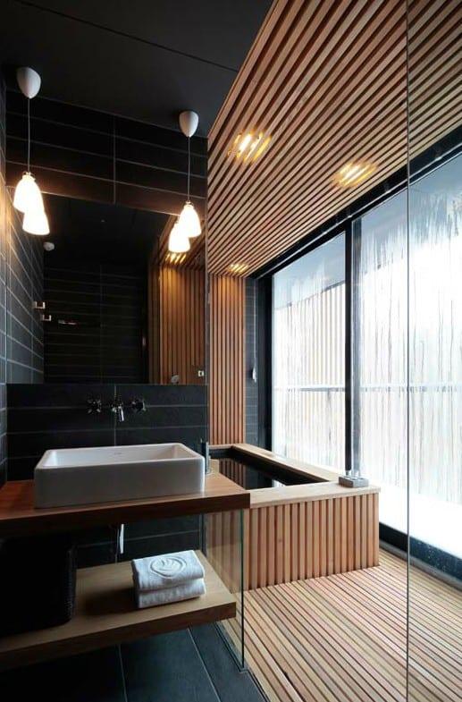 luxus badezimmer holz mit schwarzen badezimmerfliesen und holzverkleidung