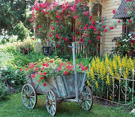 coole gartendeko mit Holzwagen als blumenbeete