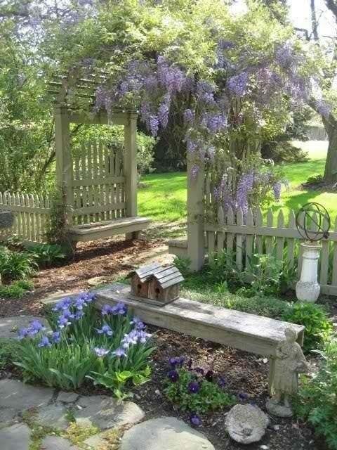 bauerngarten gestalten mit gartenzaun und Gartenlaube aus holz