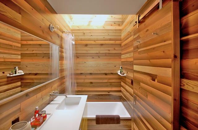 badezimmer holz mit oberlicht und länglichem wandspiegel