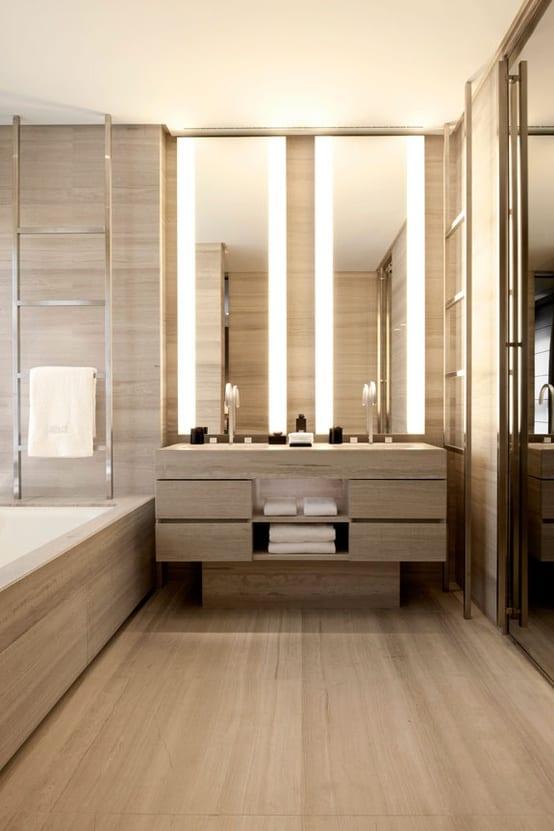 helles badezimmer interior mit holz und beleuchteten badezimmerspiegeln