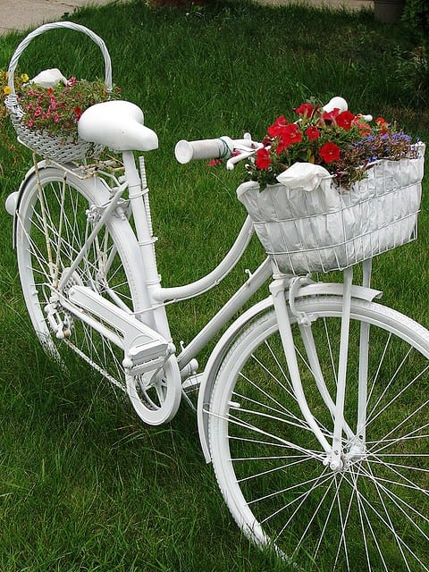 fahrrad weiß als elegante gartendeko