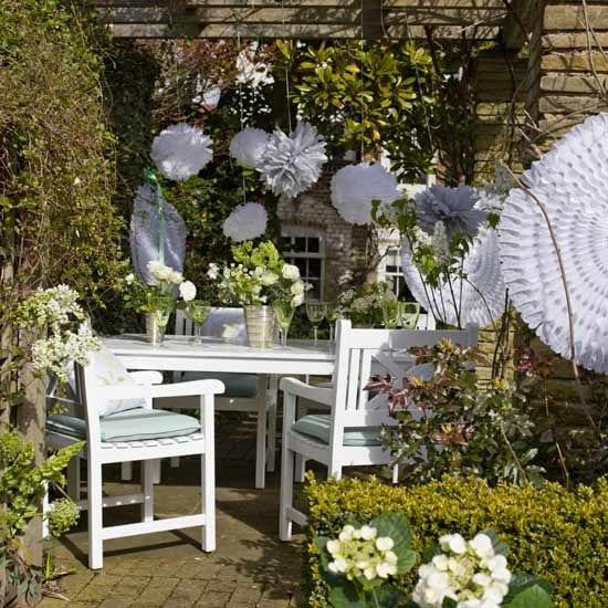 Kleine Garten Gestalten Mit Weißen Gartenmöbel Aus Holz Und Hängenden  Papierblumen Weiß