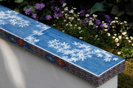 gartengestaltung mit keramikfliesen mit blauen keramikfliesen mit blumenmuster
