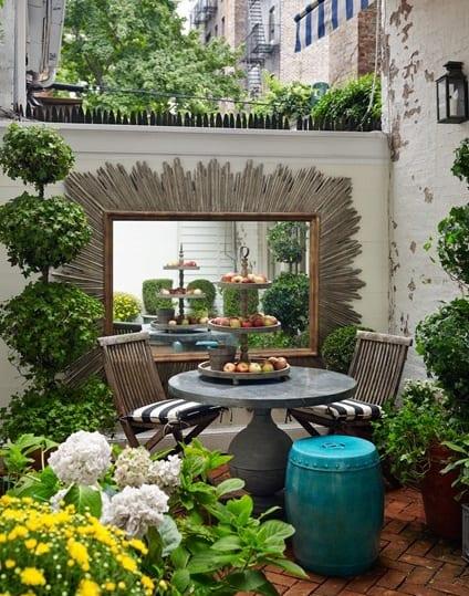 hofgarten gestalten mit gartentisch rund und wandgestaltung garten mit wandspiegel