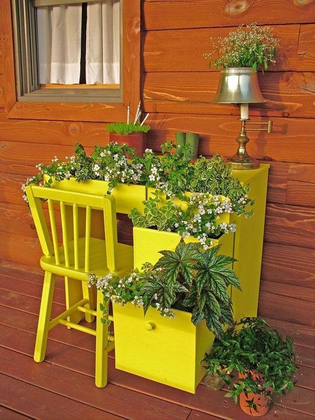 kreative idee gartendeko mit schreibtisch gelb als blumenbeete