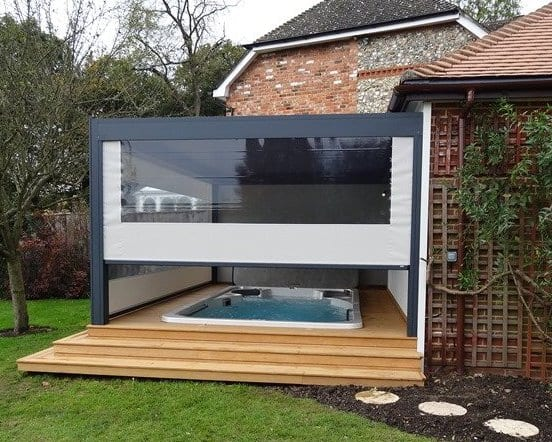 Holzterrasse mit Pool und moderne Terrassenüberdachung