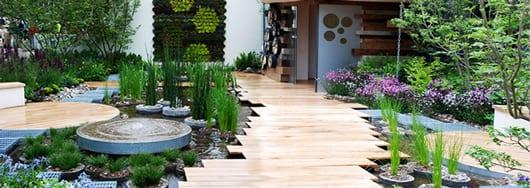 gartenwege aus Holz und terrassegarten mit wasser und Ziergräser