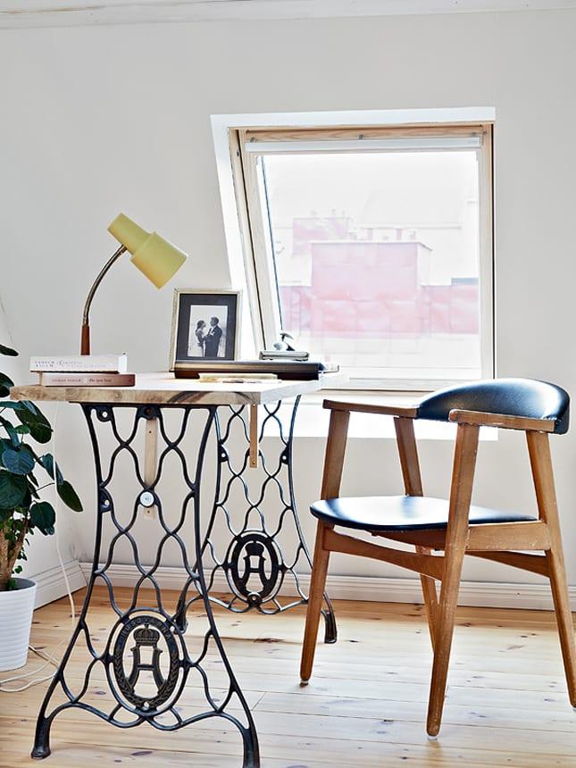 cooles interior design mit dachschräge und DIY Schreibtisch mit Tischbeinen aus Nähmaschine