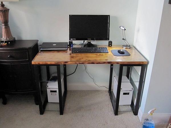 DIY Schreibtisch mit Metallkonstruktion