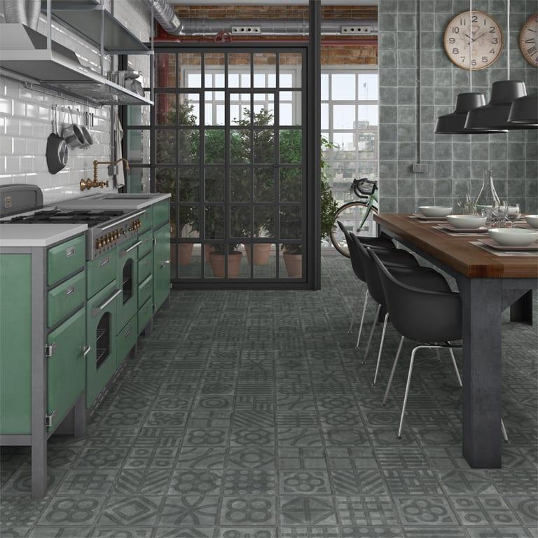 rustikale Küche einrichten mit Esstisch Holz und grauen Bodenfliesen
